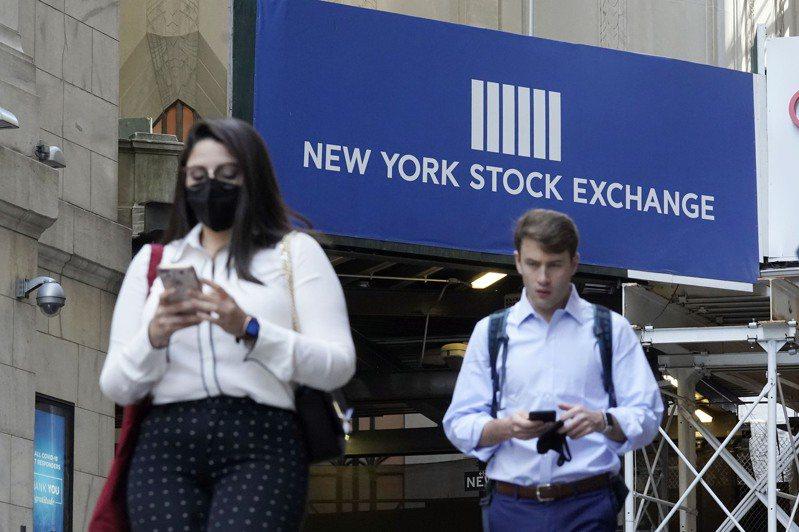 道瓊工業平均指數連續第二天下跌逾200點,因投資人消化了聯準會(Fed)的最新會議結論,將升息時程提前並預測通膨上升。(美聯社)
