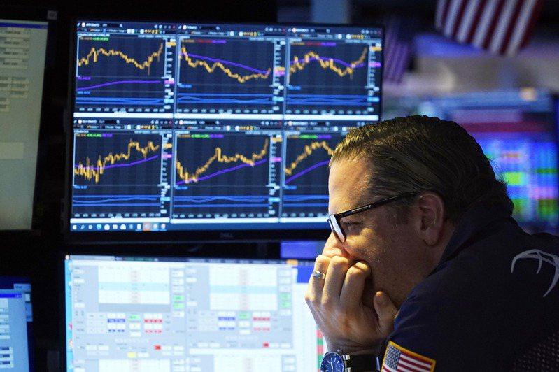 聯準會(Fed)主席鮑爾(Jerome Powell)表示除非經濟大幅改善,否則Fed不會縮減寬鬆貨幣政策後,史坦普500指數持平作收。圖為28日的紐交所。(美聯社)
