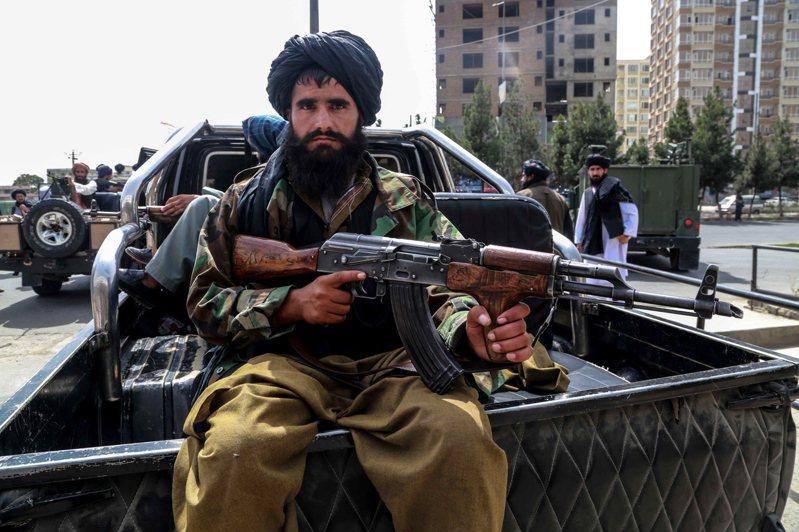 阿富汗神學士武裝分子在街頭巡視。 歐新社