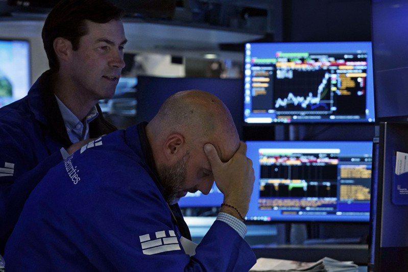 美國國債殖利率接近3個月高位,華府繼續陷入預算僵局,拖累科技股,使美股28日大跌。美聯社